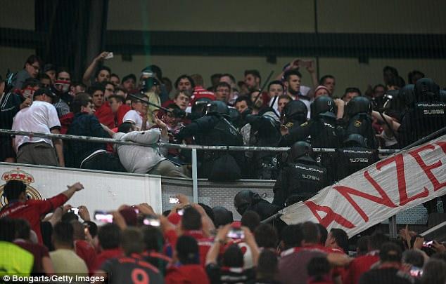 Thua đau Real, CĐV Bayern đại náo Bernabeu - Ảnh 1.