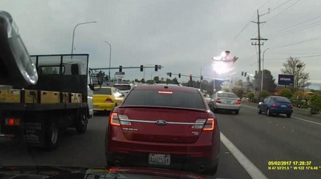 Clip: Máy bay hết nhiên liệu, va vào dây điện bốc cháy dữ dội trên đường phố - Ảnh 3.