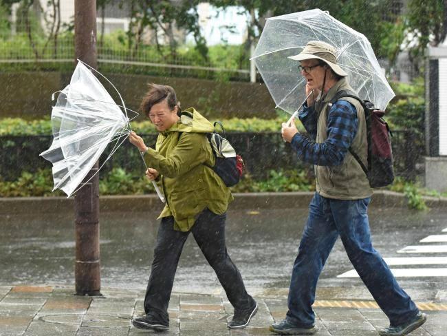 Cảnh tượng khủng khiếp ở Nhật khi siêu bão Lan đổ bộ - Ảnh 4.