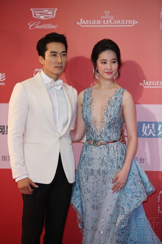 Song Seung Hun chia tay Lưu Diệc Phi để hẹn hò với mỹ nữ kém 14 tuổi? - Ảnh 2.