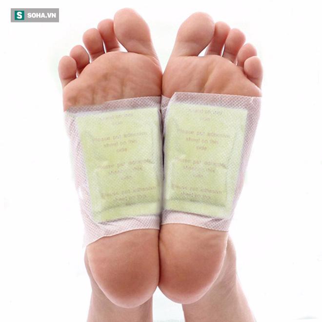Sự thật về miếng dán thải độc dán ở gan bàn chân có thể hút hết chất độc trong cơ thể - Ảnh 1.