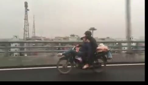 Tranh cãi về hình ảnh anh chồng ôm chặt cô vợ đang ngã lưng ngủ trước đầu xe máy - Ảnh 2.