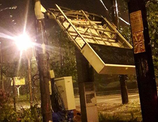 Hàng chục tàu cá chìm, đường sắt tê liệt, phố phường Hà Nội ngập sâu trong bão số 2 - Ảnh 12.