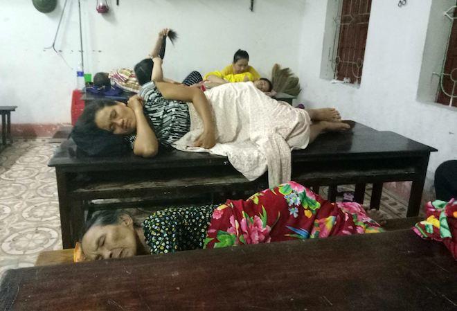 Trắng đêm ở điểm tránh bão, người dân lấy bục giảng, bàn ghế làm giường - Ảnh 5.