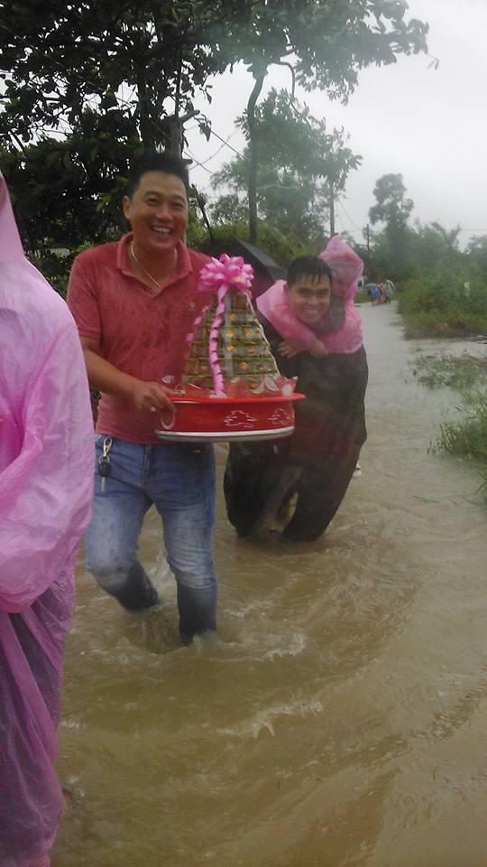 Quảng Trị: Nhà trai xắn quần, cắp dép vượt lũ đi đón dâu ngày mưa bão - Ảnh 11.
