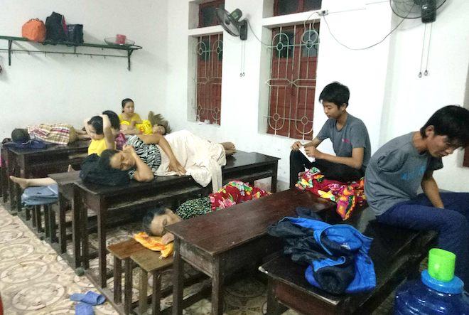 Trắng đêm ở điểm tránh bão, người dân lấy bục giảng, bàn ghế làm giường - Ảnh 4.