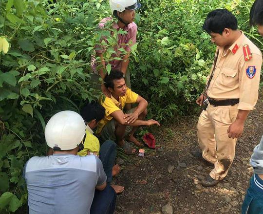 Đắk Lắk: Vi phạm giao thông, 2 thanh niên còn lao vào đánh Trung úy CSGT bị thương - Ảnh 1.