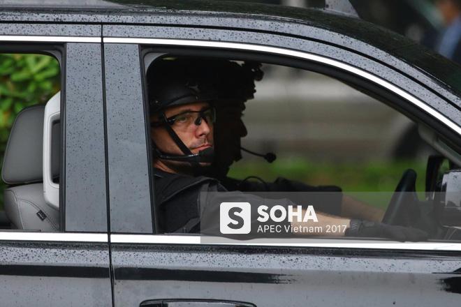 [ẢNH] Cận cảnh đặc vụ Mỹ mang súng tiểu liên ngồi trong xe hộ tống Tổng thống Trump ở Hà Nội - Ảnh 6.