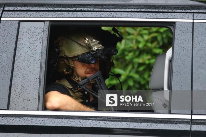 [ẢNH] Cận cảnh đặc vụ Mỹ mang súng tiểu liên ngồi trong xe hộ tống Tổng thống Trump ở Hà Nội - Ảnh 10.
