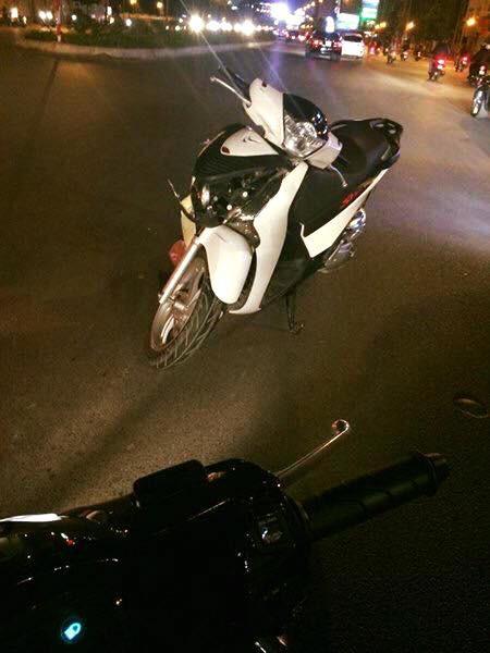 Vụ tai nạn hài hước trên phố Hà Nội: SH vỡ đầu xe, xe đạp vẫn lành lặn - Ảnh 3.