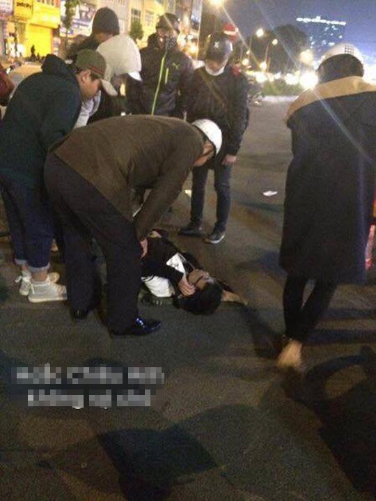 Vụ tai nạn hài hước trên phố Hà Nội: SH vỡ đầu xe, xe đạp vẫn lành lặn - Ảnh 1.