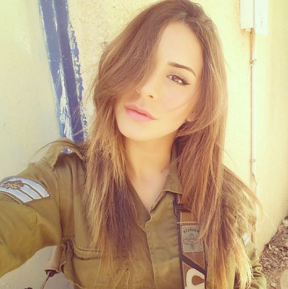 Vẻ sexy khó cưỡng bên cây súng của nữ binh sĩ Israel - Ảnh 3.