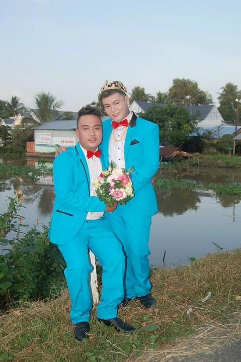 Cả làng chạy qua xem cặp đôi đồng tính nam làm đám cưới linh đình - Ảnh 5.
