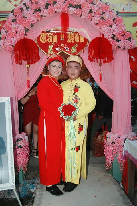 Cả làng chạy qua xem cặp đôi đồng tính nam làm đám cưới linh đình - Ảnh 4.
