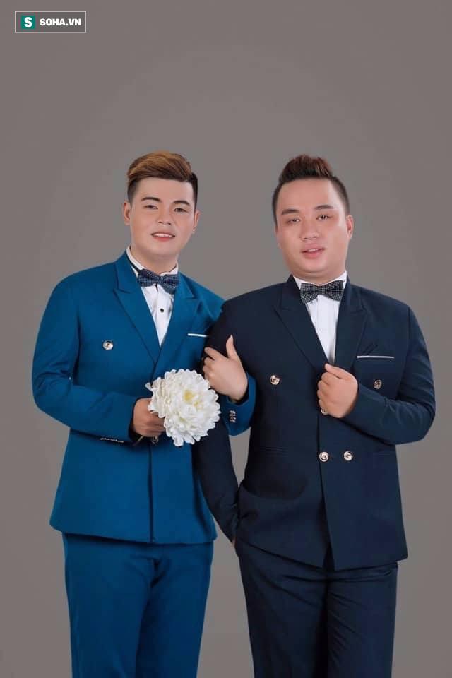 Cả làng chạy qua xem cặp đôi đồng tính nam làm đám cưới linh đình - Ảnh 1.
