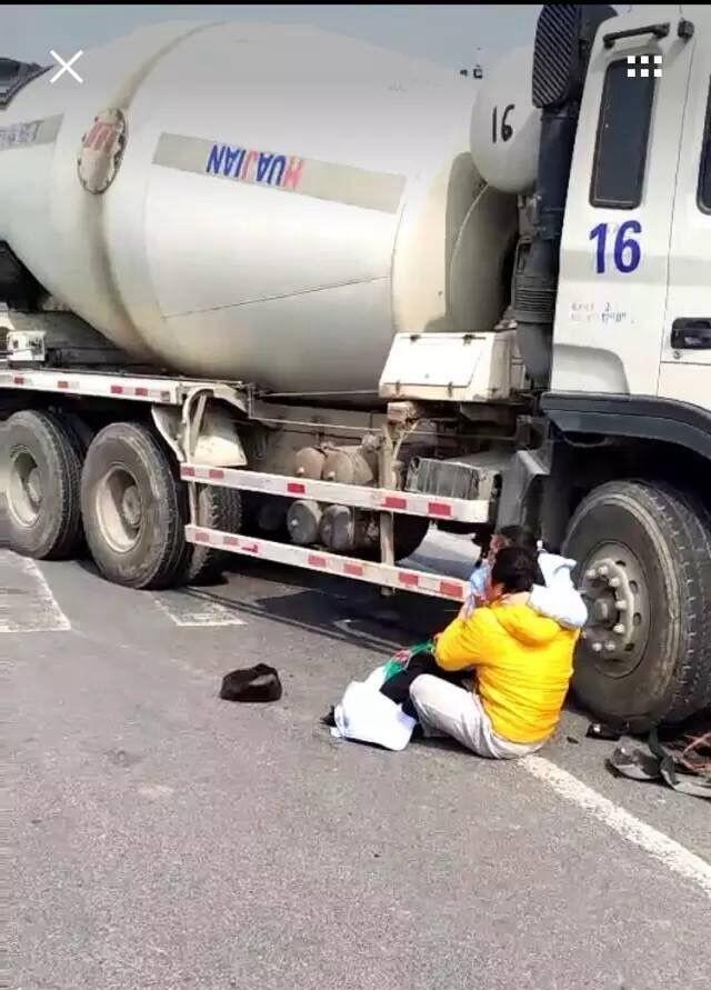 Đi xe máy sai làn đường, cả gia đình 3 người bị cuốn vào gầm xe bồn - Ảnh 2.