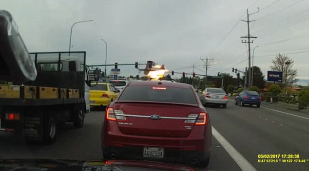 Clip: Máy bay hết nhiên liệu, va vào dây điện bốc cháy dữ dội trên đường phố - Ảnh 4.
