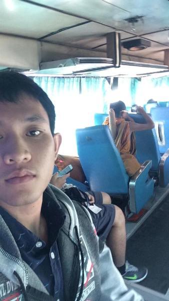 Thái Lan: Mặc áo nhà sư, công khai xem phim khiêu dâm trên xe khách - Ảnh 2.