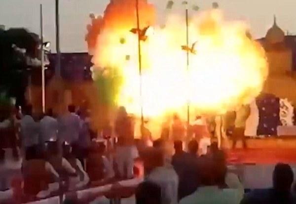 Bóng bay nổ tung giữa lễ kỷ niệm, 15 người phải nhập viện khẩn cấp - Ảnh 3.
