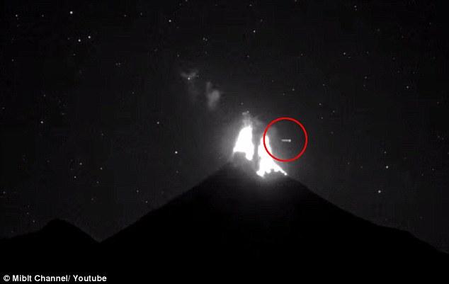 Chộp được UFO kỳ lạ xuất hiện đúng lúc núi lửa phun trào mạnh ở Mexico - Ảnh 2.