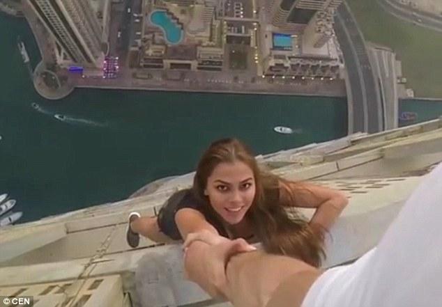 Thách thức tử thần từ nóc nhà cao hơn 300m, người mẫu Nga nhận được điều không mong đợi - Ảnh 3.