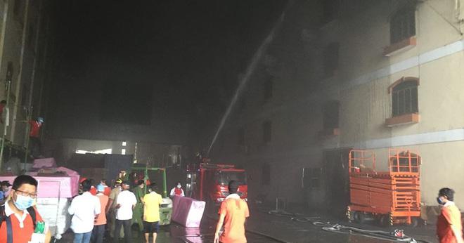 Vụ cháy ở Cần Thơ thiệt hại đến 6 triệu USD, chủ doanh nghiệp ngất xỉu tại hiện trường - Ảnh 4.