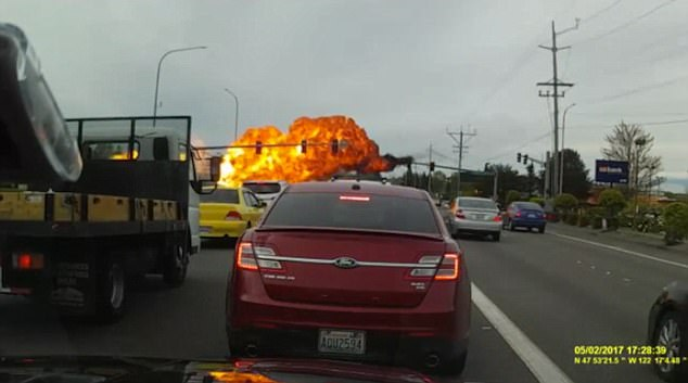 Clip: Máy bay hết nhiên liệu, va vào dây điện bốc cháy dữ dội trên đường phố - Ảnh 5.