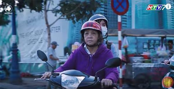 Cẩm Ly, Trấn Thành xúc động trước hoàn cảnh người bà hơn 60 tuổi chạy xe ôm nuôi 3 cháu  - Ảnh 1.