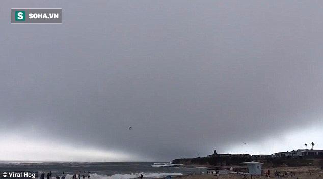 Đám mây lạ như sóng cuộn trên trời bất ngờ xuất hiện tại California - Ảnh 1.