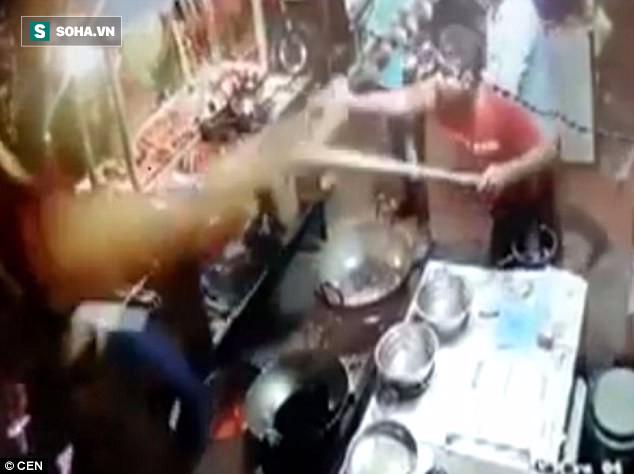 Clip: Tranh cãi về hóa đơn, khách hàng bị đầu bếp tạt dầu nóng thẳng vào người - Ảnh 2.
