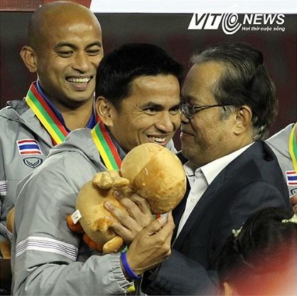 Đâu là lý do thật khiến LĐBĐ Thái Lan muốn dứt tình với Kiatisak? - Ảnh 1.