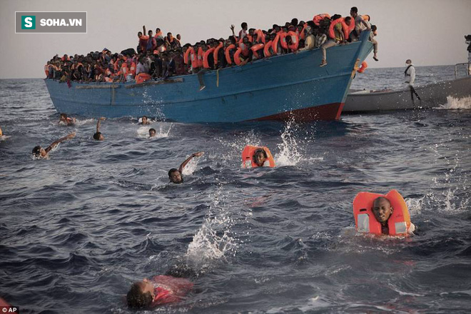 Vì những chiếc áo phao giết người, hàng trăm dân di cư chết đuối trên biển - Ảnh 1.