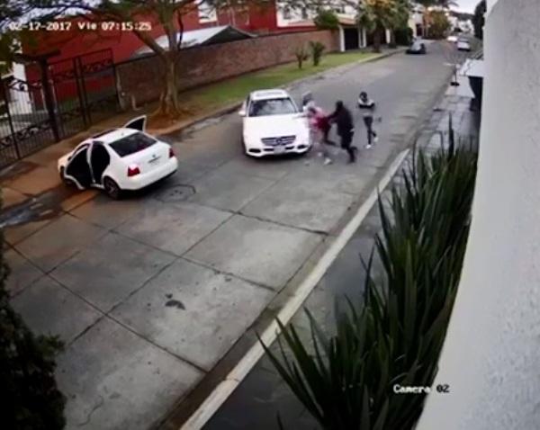 Clip: Đang lái xe, cô gái bị chặn đầu và bắt cóc như trong phim hành động - Ảnh 4.