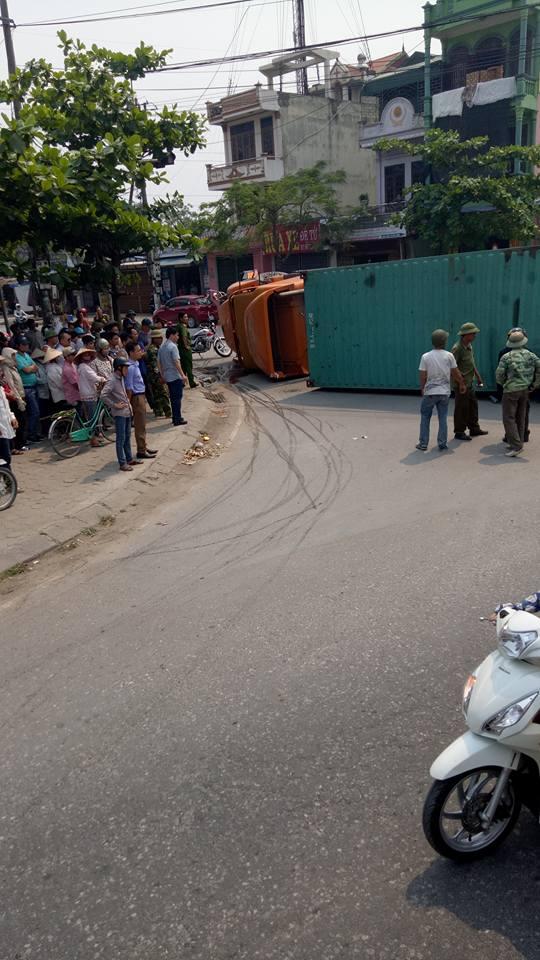 Nam Định: Xe container đè bẹp ô tô Toyota Yaris, ít nhất 2 người tử vong - Ảnh 2.