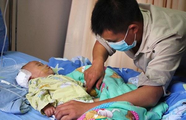 Kiệt quệ, ông bố trẻ quỳ gối van xin bác sĩ điều trị cho con và điều tốt đẹp đã nhen nhóm! - Ảnh 4.