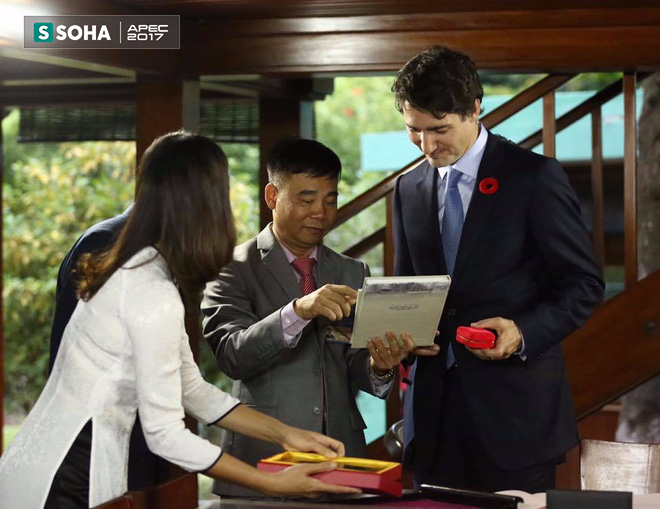 Thủ tướng Canada Justin Trudeau thăm Nhà sàn Bác Hồ và cho cá ăn - Ảnh 5.