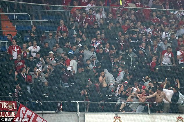 Thua đau Real, CĐV Bayern đại náo Bernabeu - Ảnh 6.