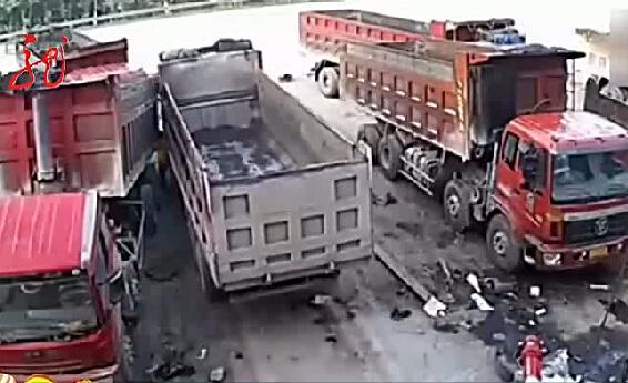 Cố chặn chiếc xe tải đang mất lái, người đàn ông chết thảm - Ảnh 4.