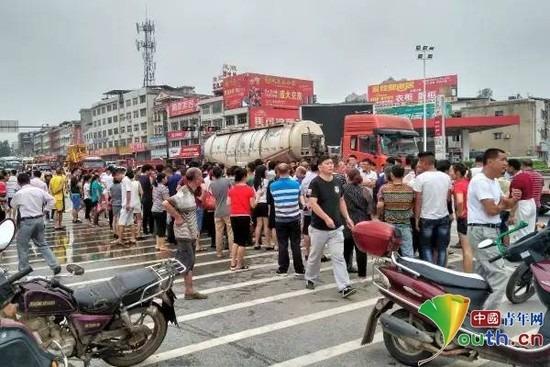 Ô tô bị người qua đường hò nhau lật tung giữa phố, nguyên nhân khiến nhiều người bức xúc - Ảnh 5.