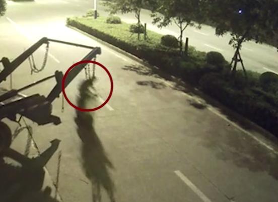 Sự thật đáng sợ đằng sau bóng đen bị treo lơ lửng sau xe chở rác - Ảnh 2.