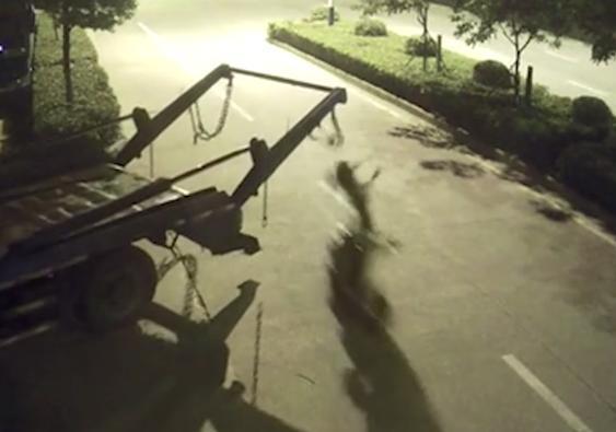 Sự thật đáng sợ đằng sau bóng đen bị treo lơ lửng sau xe chở rác - Ảnh 3.