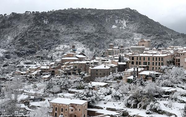 Những hình ảnh về đợt tuyết rơi dày nhất trong vòng 35 năm qua tại Tây Ban Nha - Ảnh 7.