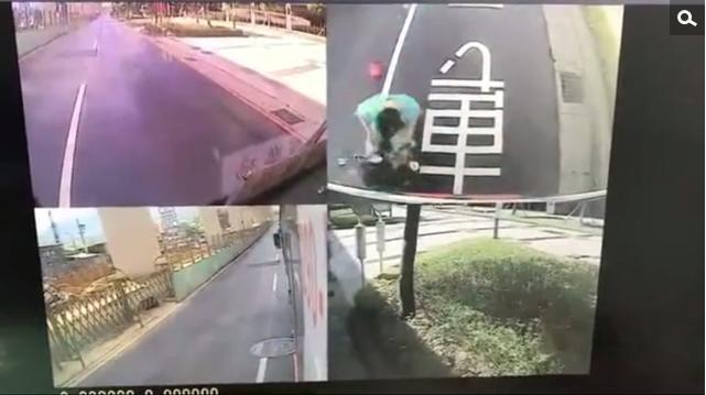 Vừa đi xe máy vừa xem điện thoại, thanh niên trẻ không lường được thảm họa ngay trước mặt! - Ảnh 2.