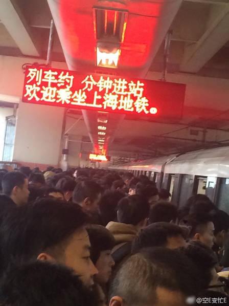 Vật thể lạ bất ngờ xuất hiện, cả chuyến tàu chở hàng nghìn người không thể khởi hành - Ảnh 5.
