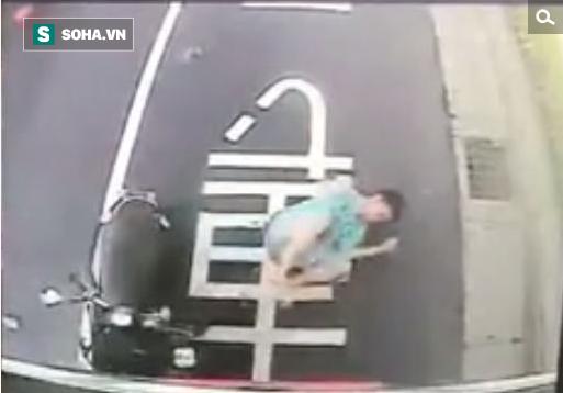 Vừa đi xe máy vừa xem điện thoại, thanh niên trẻ không lường được thảm họa ngay trước mặt! - Ảnh 1.