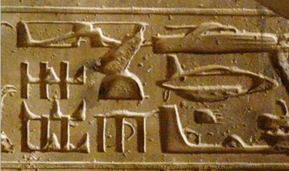 Bí ẩn UFO hình dáng lạ bay xung quanh kim tự tháp Giza ở Ai Cập - Ảnh 2.