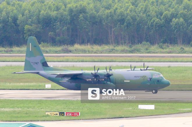 Vận tải cơ C-130J Super Hercules chở đoàn tiền trạm Hàn Quốc dự APEC đáp xuống Đà Nẵng - Ảnh 4.