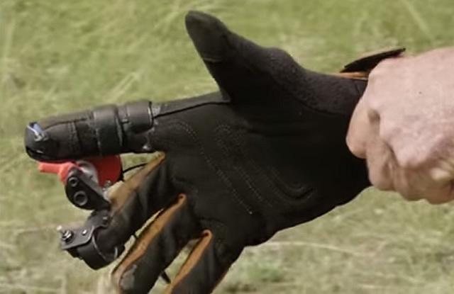 Găng tay giúp xạ thủ Mỹ bắn phát một nhanh không kém gì liên thanh - Ảnh 3.