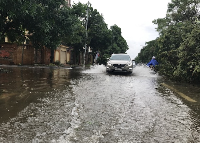 Nghệ An: Tan hoang sau bão, cây xanh bật gốc đè ô tô, người dân chặt cây tìm đường vào nhà - Ảnh 12.