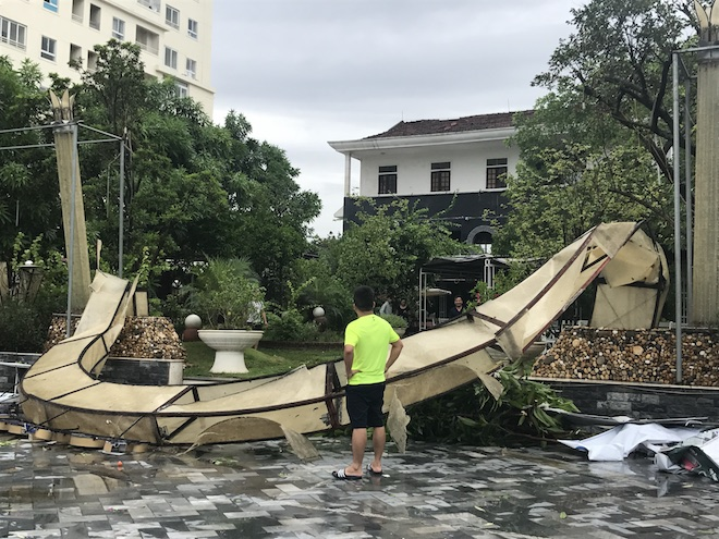 Nghệ An: Tan hoang sau bão, cây xanh bật gốc đè ô tô, người dân chặt cây tìm đường vào nhà - Ảnh 9.